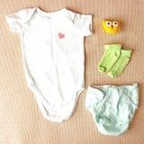 Newborn положение квартиры одежд Стоковые Изображения RF