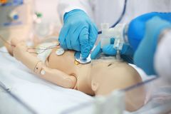 Newborn реаниматология Эндотрахеальная интубация Практикуя медицинские навыки на медицинском манекене Медицинское образование Сов стоковое изображение