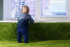 Newborn ребенок на зеленом крупном плане ковра стоковые изображения rf