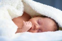 Newborn ребёнок на белом крупном плане ковра стоковая фотография