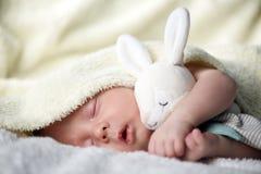 Newborn ребёнок на белом крупном плане ковра стоковое изображение rf
