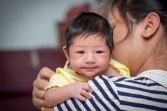 Newborn ребёнок на его плече матери стоковые фотографии rf