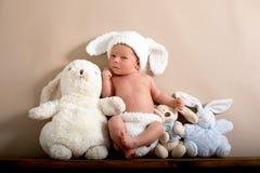 Newborn ребёнок нося коричневый цвет связал шляпу кролика и брюки, s Стоковые Фотографии RF