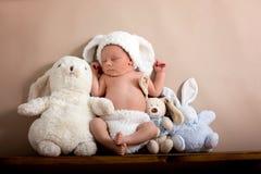 Newborn ребёнок нося коричневый цвет связал шляпу кролика и брюки, s Стоковое Изображение