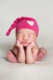 Newborn ребёнок нося розовую верхнюю крышку узла Стоковые Изображения RF