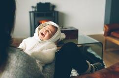 Newborn ребёнок плача на его ` s матери подготовляет Стоковое Изображение RF