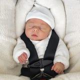 Newborn ребёнок спать в удобном автокресле Стоковое Фото