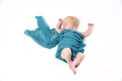 Newborn ребёнок с голубым обручем Стоковые Фотографии RF