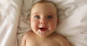 Newborn смех ребенка лежа на ей назад сток-видео