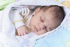 Newborn сон младенца в шпаргалке Стоковое Фото