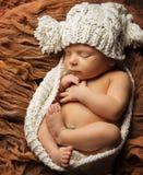Newborn сон младенца, шляпа спать ребенк новорожденного, один ребенок месяца Стоковая Фотография