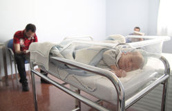 Newborn спать в больнице стоковые фотографии rf