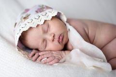 Newborn спать на предпосылке света живота, действительности, образ жизни, Стоковые Фото