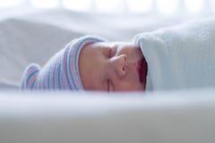 newborn спать Стоковые Фотографии RF