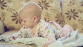 Newborn чихания девушки сток-видео