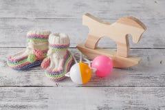 Newborn шаблон объявления Handmade связанные добычи с игрушкой Стоковые Фото