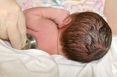 newborn экзамена младенца медицинское Стоковое фото RF