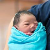 Newborn азиатские ребёнок и отец стоковая фотография rf