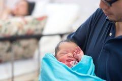 Newborn азиатские младенец и родители стоковые изображения