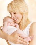 Мать и Newborn портрет семьи младенца, новорожденный объятия женщины Стоковые Изображения
