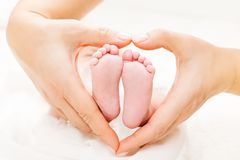 Free Newborn Baby Feet In Mother Hands Heart, Mom And New Born Kid Foot Royalty Free Stock Images - 147986859