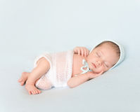 Newborn baby in hat sleeping on blanket Royalty Free Stock Photos