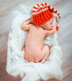 Newborn sleeps in santa hat Stock Photography