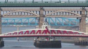 Newcastle em cima de Tyne, Inglaterra, Reino Unido As pontes sobre o River Tyne a n?veis diferentes video estoque