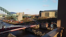 Newcastle em cima de Tyne, Inglaterra, Reino Unido O Tyne, o balanço e as pontes de nível elevado sobre o River Tyne video estoque