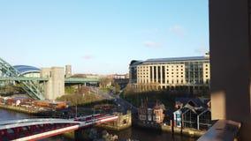 Newcastle em cima de Tyne, Inglaterra, Reino Unido O Tyne, o balan?o e as pontes de n?vel elevado sobre o River Tyne filme