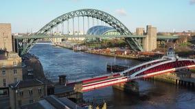 Newcastle em cima de Tyne, Inglaterra, Reino Unido O Tyne e as pontes de balan?o sobre o River Tyne vídeos de arquivo