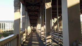 Newcastle em cima de Tyne, Inglaterra, Reino Unido Passeio na ponte de n?vel elevado filme