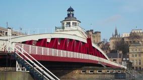 Newcastle em cima de Tyne, Inglaterra, Reino Unido A ponte de balan?o ? uma ponte de balan?o sobre o River Tyne vídeos de arquivo