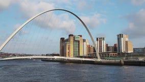 Newcastle em cima de Tyne, Inglaterra, Reino Unido A ponte do milênio de Gateshead video estoque