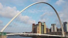 Newcastle em cima de Tyne, Inglaterra, Reino Unido A ponte do milênio de Gateshead filme