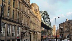 Newcastle em cima de Tyne, Inglaterra, Reino Unido A ponte de Tyne e as construções do centro de cidade vídeos de arquivo