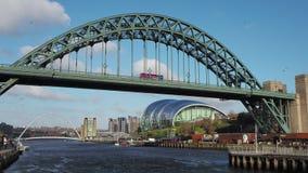 Newcastle em cima de Tyne, Inglaterra, Reino Unido A ponte de Tyne sobre o River Tyne que conecta Newcastle em cima de Tyne e de  video estoque