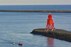 Newcastle Förenade kungariket - Oktober 5th, 2014 - den lugnade seglingjollen i munnen av Riveret Tyne bogseras ashore av a arkivfoton