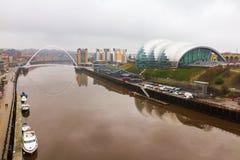 Newcastle kaj med vis man, den Gateshead milleniumbron och boaen arkivfoto