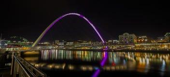 Newcastle kaj UK på natten arkivfoton