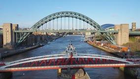 Newcastle na Tyne, Anglia, Zjednoczone Kr?lestwo Tyne i Hu?tawkowi mosty nad Rzecznym Tyne fotografia stock