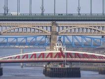 Newcastle na Tyne, Anglia, Zjednoczone Kr?lestwo Mosty nad rzecznym Tyne przy r??nymi poziomami zdjęcia stock