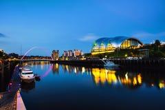 Newcastle op de Tyne, het UK Beroemde Millenniumbrug bij nacht royalty-vrije stock foto's