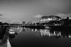 Newcastle op de Tyne, het UK Beroemde Millenniumbrug bij nacht royalty-vrije stock fotografie