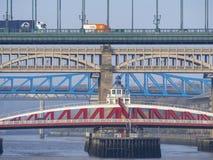 Newcastle på Tyne, England, Förenade kungariket Broarna över Riveret Tyne på olika nivåer fotografering för bildbyråer