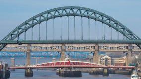 Newcastle på Tyne, England, Förenade kungariket Broarna över Riveret Tyne på olika nivåer arkivfoton