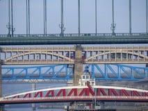 Newcastle på Tyne, England, Förenade kungariket Broarna över Riveret Tyne på olika nivåer arkivfoto
