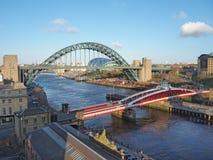 Newcastle på Tyne, England, Förenade kungariket Tynen och gungabroarna över Riveret Tyne royaltyfria foton