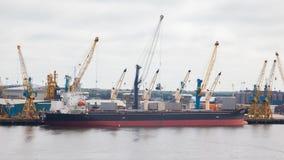NEWCASTLE PÅ TYNE, ENGLAND - JULI 23, 2014: Skepp som laddas Arkivfoton
