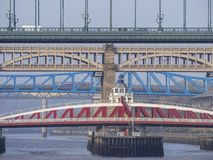 Newcastle p? Tyne, England, F?renade kungariket Broarna ?ver Riveret Tyne p? olika niv?er arkivfoton